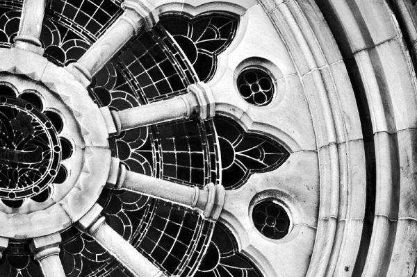 Kirkevindue - close up billede i sort hvid fra boligpynt