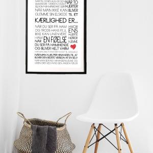 Kærlighed er... Tekstplakat fra Boligpynt i sort ramme