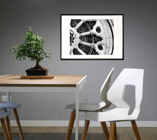 Kirkevindue - close up billede i sort hvid fra boligpynt i ramme